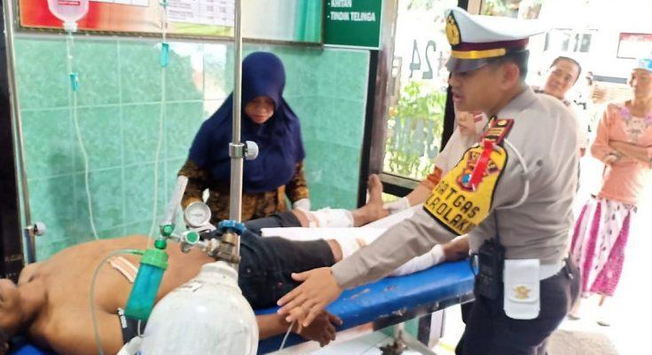 Kasatlantas AKP Hendrix K Wardhana, saat melihat langsung kondisi para korban di RSD Asembagus, Situbondo. (foto:fat)