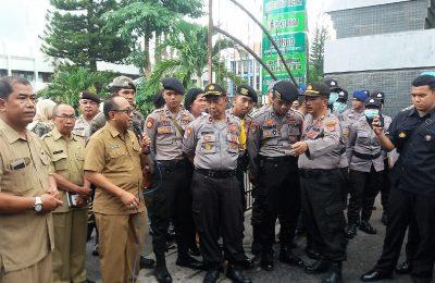 Syaifullah, Sekda Pemkab Situbondo, saat membantah tudingan korupsi di depan Kantor Pemkab Situbondo. (foto:fat)