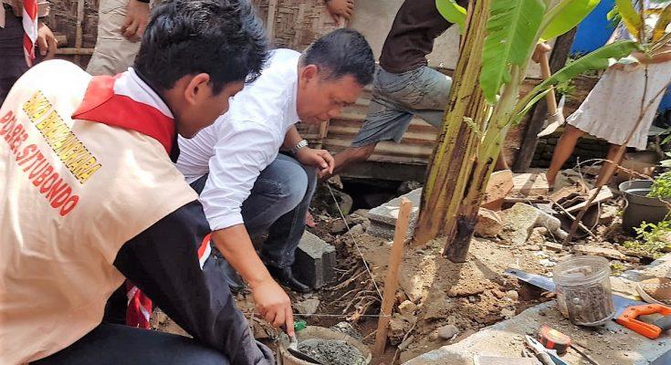 Wabup Yoyok Mulyadi, meletakan batu pertama, sebagai dimulainya rehab 25 milik warga Dam Sluwice. (foto:fat)