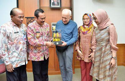 Wabup Gresik H Moch Qosim dan Kadispendik Mahin saat mendampingi Prof. Smith berkunjung ke RC Gresik. (foto:dik)