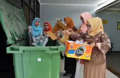 Sejumlah ASN Pemkab Gresik saat bersedekah Sampah. (foto: dik)