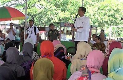 Presiden Jokowi berdialog dengan ibu ibu nasabah permodalan nasional madani atau PNPM, pada program membina ekonomi keluarga sejahtera yang di gelar di lapangan Desa Cempoko, Kabupaten Magetan. (foto:hap)