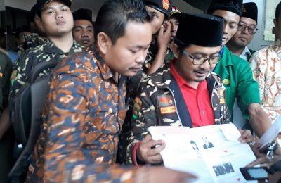 Puluhan anggota Ansor dan Banser Gresik saat mendatangi kantor DPRD Gresik. (foto:dik)