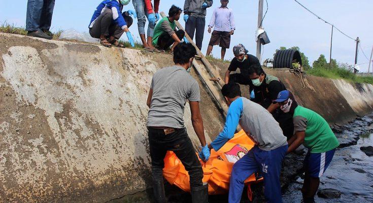 Warga tengah mengevaukasi mayat seorang pekerja tambak yang tewas di areal tambak. (foto:fat)