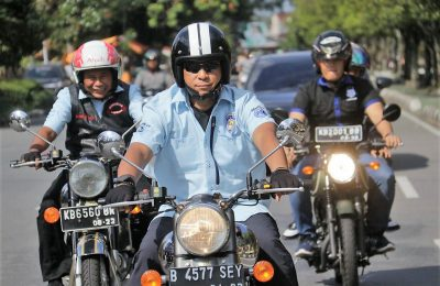 Kalimantan Barat Irjen Pol Didi Haryono berkeliling menggunakan motor lawas. (foto:das)