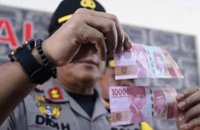 Kapolda Kalimantan Barat, Irjen Pol Didi Haryono menunjukan barang bukti uang palsu yang berhasil disita dari para tersangka. (foto:das)