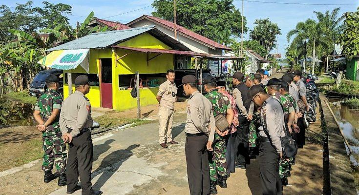 Polisi  bersama TNI dan aparatur  Desa Kuala Ambawang melalukan patroli dialogis gabungan untuk menjaga stabilitas keamanan di wilayah Kecamatan Sungai Ambawang. (foto:das)
