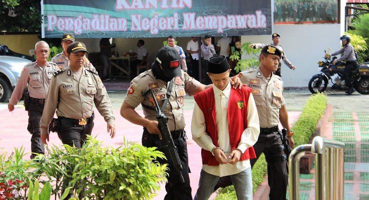 Terdakwa dikawal petugas usai menjalani sidang  di Pengadilan Negeri Mempawah. (foto:das)
