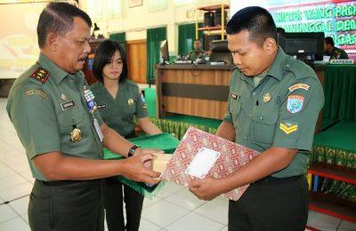 Pangdam XII/Tanjungpura, Mayjenl TNI Achmad Supriyadi saat memberikan apresiasi kepada pada Sertu Muslikh, Babinsa Koramil 1205-19/Kelam. (foto:das)