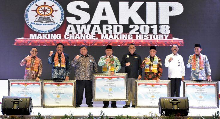 Bupati Gresik Sambari Halim Radianto saat menerima Penghargaan dari Kemenpan RB RI. (foto: dik)