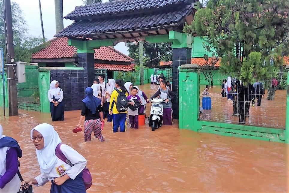 Sekolah SMP Negeri 13 Depok terendam banjir. (foto:ist)