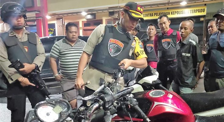 Kapolres Lumajang AKBP  Muhammad Arsal Sahban melihat barang bukti ranmor yang berhasil diamakna petugas. (foto:ist)