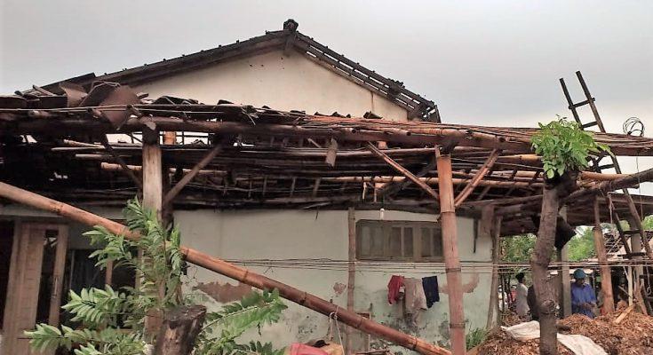 Salah satu rumah warga yang rusak akibat diterjang angin puting beliung. (foto:fat)