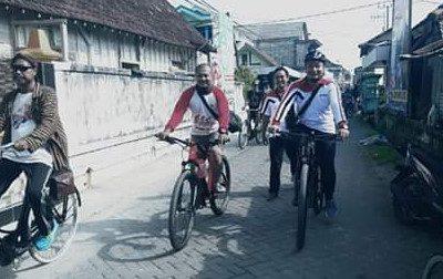 Dirut RSFM dr Asluchul Alif Maslichan, M.Kes bersepeda bersama masyarakat di HUT RSFM yang ke-5. (Foto / Didik Hendri)