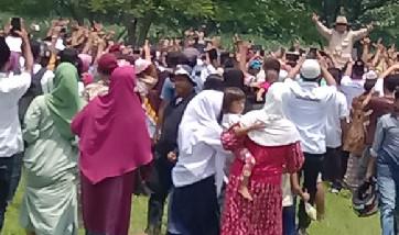 Prabowo, disambut ribuan warga saat menuju Kediaman KH Abdullah Siradj, Desa Ngempit, Kecamatan Kraton, Kabupaten Pasuruan, Senin (25/2/2019) siang. (Foto : abd)