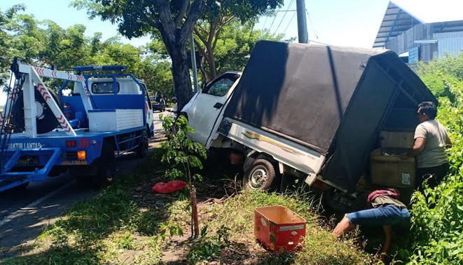 Kendaraan pickup terguling setelah bertabrakan dengan sepeda motor di Jalan Raya Desa/Kecamatan Kapongan, Situbondo, Jawa Timur, Selasa (26/2/2019).