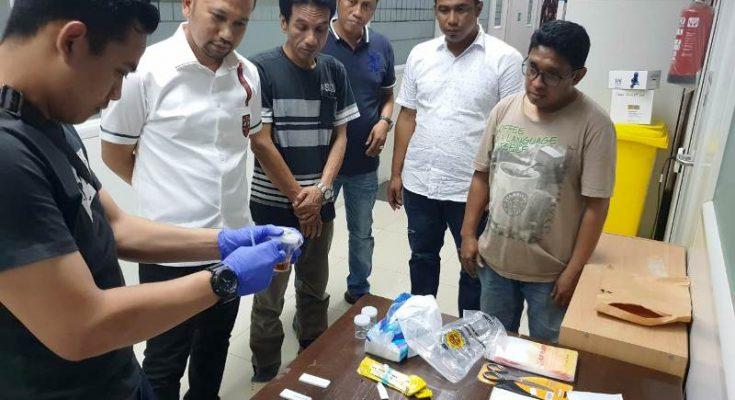 Polisi mengamankan barang bukti narkoba dari tangan para tersangka. (Ist)