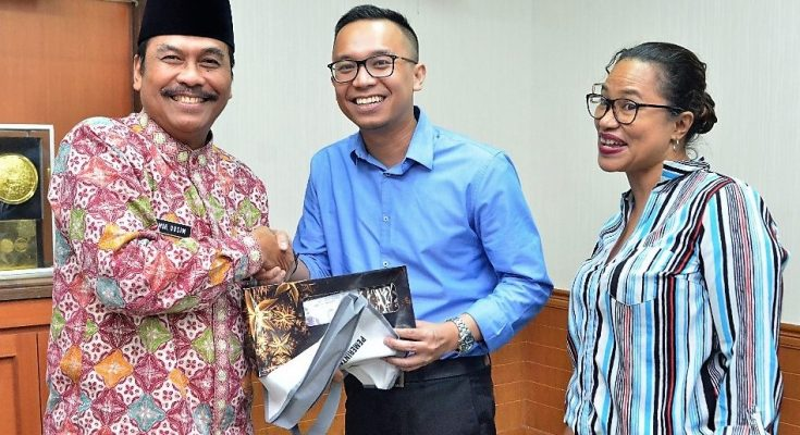 Wabup Gresik H Moch Qosim saat memberikan cinderamata kepada utusan kedutaan Australia. (foto:dik)