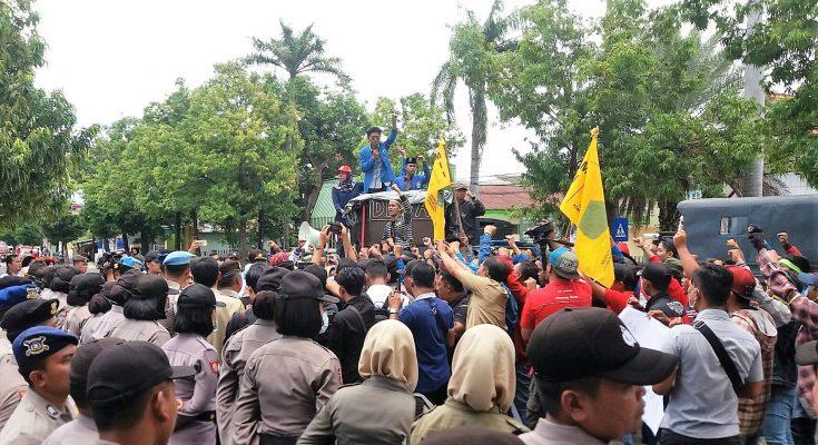 Ratusan mahasiswa yang tergabung dalam Pergerakan Mahasiswa Islam Indonesia Situbondo menggelar aksi di epan gedung Pemda Situbondo menuntut agar Sekda segera dicopot. (foto:fat)
