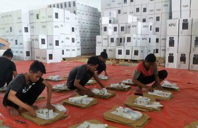 Sejumlah petugas tengah melakukan Packing untuk persiapan Pemilu di KPU Situbondo. (foto:fat)