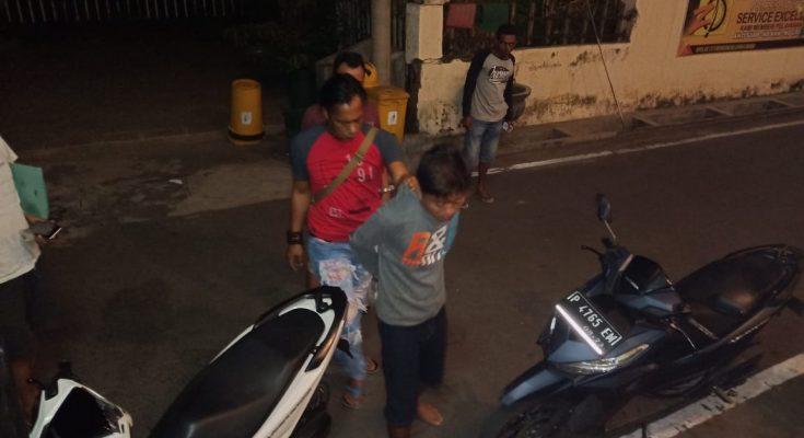Nurul Huda, saat digelandang petugas ke Mapolres Situbondo.(foto: fat)