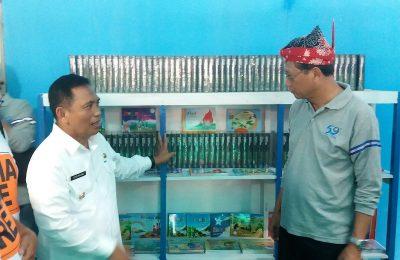 Wabup Situbondo Yoyok Mulyadi, bersama Direktur Operasi II PT  WIKA Bambang Pramudjo, saat meninjau perpustakan apung. (foto:fat)