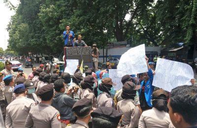 Ratusan mahasiswa yang tergabung dalam PMII mendatangi kantor   DPRD Situbondo mendesak agar Sekda segera dicopot. (foto:fat)