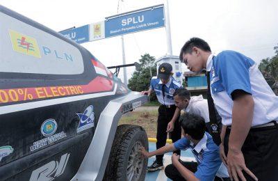 Siswa belajar melihat penerapan listrik pada kendaraan. (foto:das)