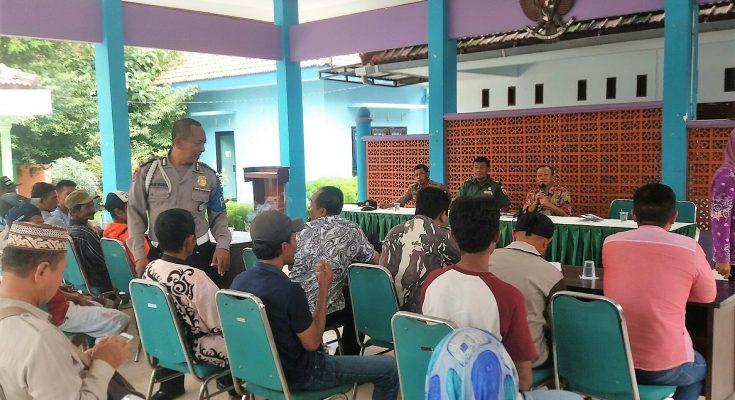 Puluhan warga Dusun Mumbulsari, Desa Peleyan, Kecamatan Panarukan, Situbondo, mendatangi Kantor Camat. (foto:fat)