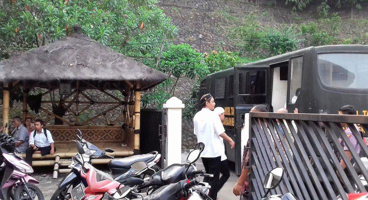 Terdakwa memasuki mobil tahanan usai mengikuti sidang kasus narkoba di PN depok. (foto:ltf)