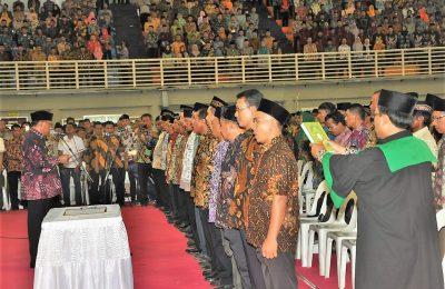 Bupati Gresik Sambari Halim Radianto saat melantik ribuan anggota BPD se-Gresik. (foto: dik)