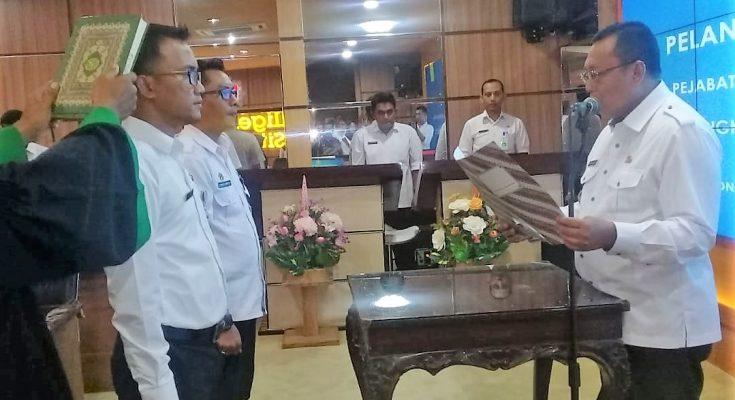 Pengambilan sumpah dan pelantikan jabatan para pejabat eselon III dan VI  di lingkungan Pemkab Situbondo. (foto:fat)