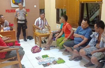 Petugas gabungan Sabhara dan Satreskrim Polres Situbondo menangkap 6 orang pertani  saat bermain judi. (foto:fat)