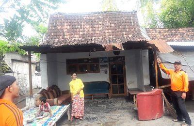 Salah satu rumah tertimpa pohon tumbang di Situbondo akibat diterjang angin kencang. (foto:fat)