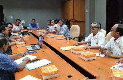 Ketua KONI Situbondo, saat melakukan presentase kesiapan Situbondo di Kantor KONI Jatim. (foto:fat)