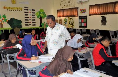 Kadisdikbud, Fathor Rakhman memantau peserta OSN tingkat SMP. (foto:fat)