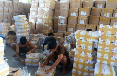Beberapa pekerja tengah merapihkan kertas suara di kantor KPUD Situbondo. (foto:fat)