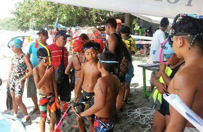 Para atlet selam,saat akan mengikuti lomba selam. (foto:fat)