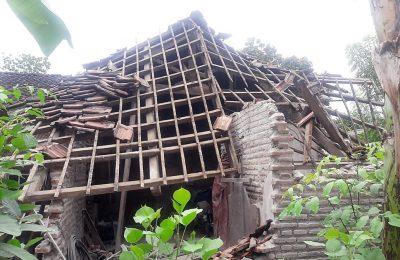 Rumah warga yang ambruk diterjang angin. (foto:fat)