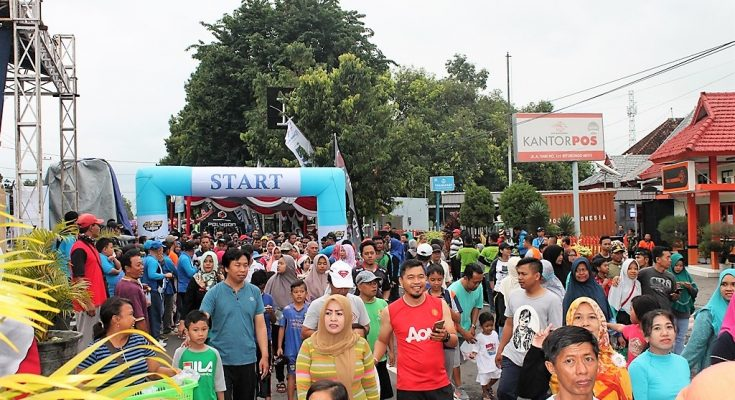 Warga Kabupaten Situbondo, Minggu (24/3/2019)  mengikuti kegiatan funbike dan funwalk, yang diselenggarakan oleh Perusahaan Daerah Air Minum (PDAM) Tirta Baluran Situbondo. (foto:fat)