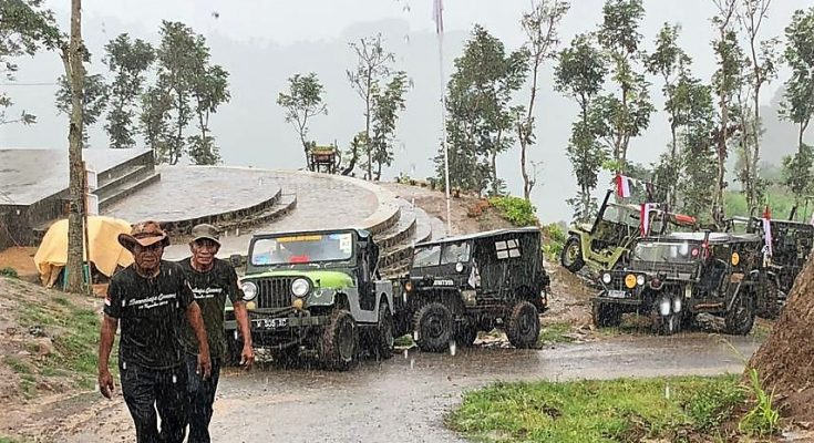 Komunitas mobil  Jeep Willys di Jawa Timur. (foto: fat)