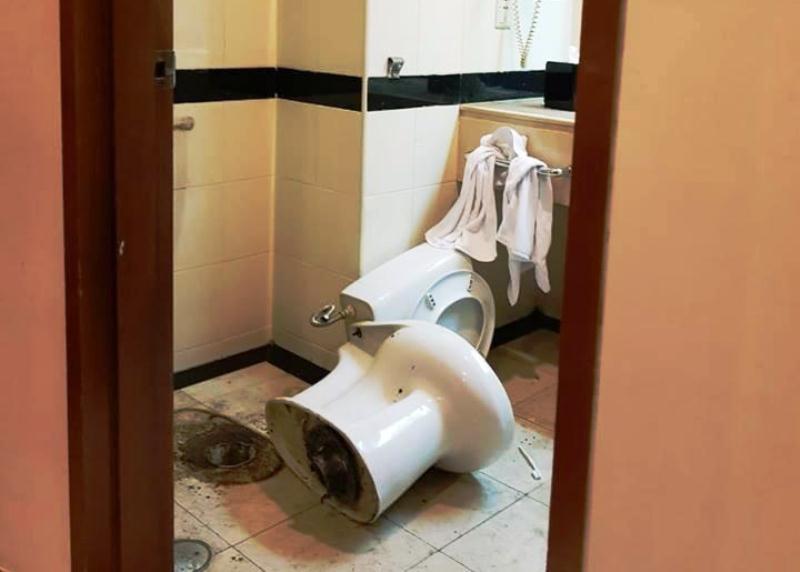 Sabu dan alat hisap sempat dibuang ke kloset di kamar hotel. (Ist)