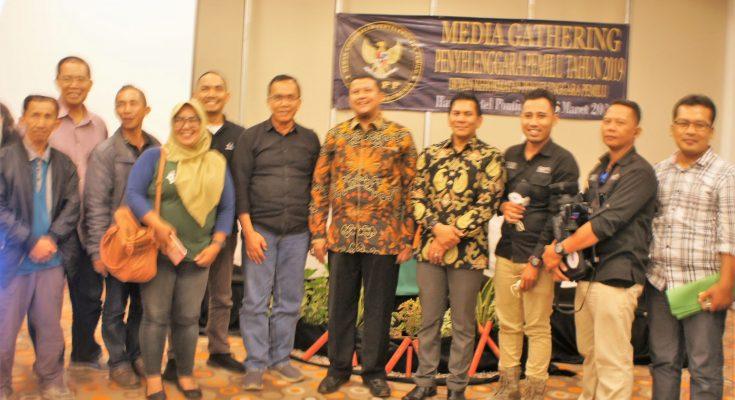DKPP RI saat bertemu dengan wartawan serta penggiat media sosial di Hotel Harris, Pontianak, Senin (25/03/2019). (foto:das)