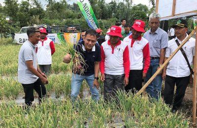 Dirut PG Rahmad Pribadi saat bersama para petani. (Foto:dik)