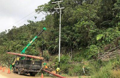 Petugas Layanan Teknik PLN ULP Nanga Pinoh bergerak cepat melakukan perbaikan jaringan listrik yang tumbang akibat longsor di bukit Muntok desa Pemuar, Belimbing Nanga Pino. (foto:das)