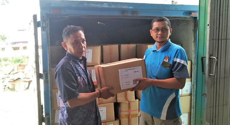 Sebanyak 1.259 dos  surat suara untuk Pilpres dan  DPD RI,  masuk ke gudang Komisi Pemilihan Umum (KPU) Kabupaten Situbondo, (foto:fat)
