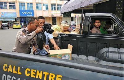Polisi tengah mengevakuasi bayi yang ditemukan di grase traf mega mall Pontianak. (foto:das)