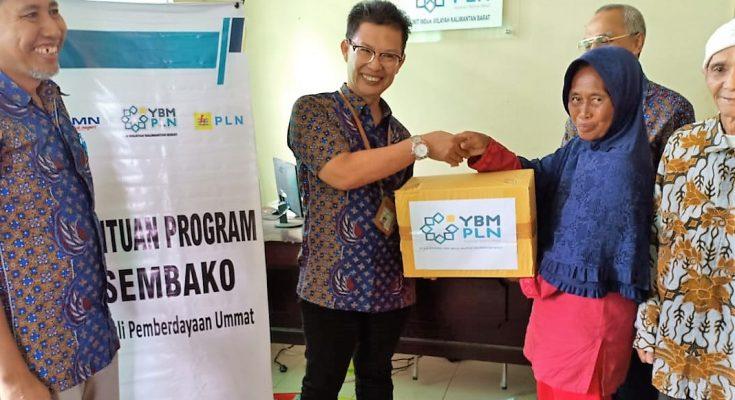 Yayasan Baitul Maal (YBM) PLN Unit Induk Wilayah (UIW) Kalbar dalam menyalurkan bantuan modal usaha kepada warga kurang mampu. (foto:das)