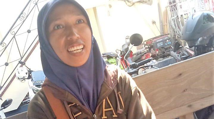 Sanijah (47), warga Desa Cottok,  adik kandung Samsuri. saat melapor ke Mapolres Situbondo. (foto:fat)