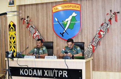 Pangdam XII/Tanjungpura, Mayor Jenderal TNI Achmad Supriyadi (kiri), didampingi Kasdam XII/Tanjungpura, Brigadir Jenderal TNI Alfred Denny D. Tuejeh. (foto:das)
